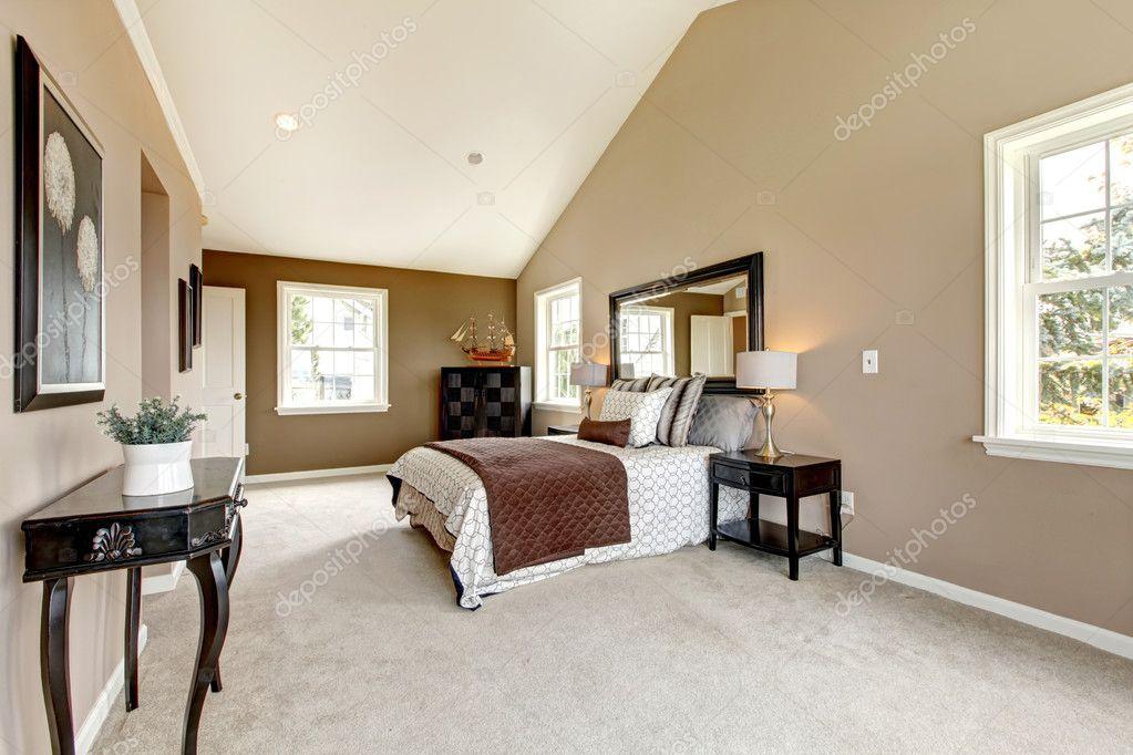 Camera da letto grande lusso classico con marrone e bianco — foto ...