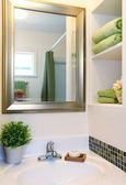 Nya vackra vita diskbänk med gröna handdukar och spegel. — Stockfoto