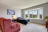 Camera da letto con finestra grande e piccolo letto con poltrona. — Foto Stock