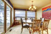 Sala de jantar com vista para o mar e windwos grandes e portas. — Fotografia Stock