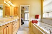 Badezimmer mit holz schränke und wanne. — Stockfoto