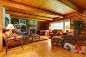 Cabane en bois rond salon intérieur. — Photo