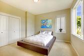 Jasna sypialnia nowoczesne łóżko i sztuka. — Zdjęcie stockowe
