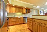 Złoty drewno kuchnia z granitu i ukraść ze stali nierdzewnej. — Zdjęcie stockowe
