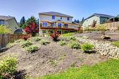 Quintal de casa americana de dois andares com quintal cercado. — Foto Stock