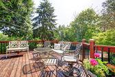 Abrir amplia terraza con sillas y mesa exterior casa. — Foto de Stock