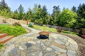 Quintal cercado com poço de pedra e fogo com árvores. — Foto Stock