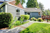 Casa cinza com deck e paisagem verde. — Foto Stock