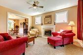 Vackra persika och röda liiving rum interiör med firepalce. — Stockfoto
