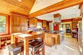 Roten großen luxus-küche interieur mit schönen holz. — Stockfoto