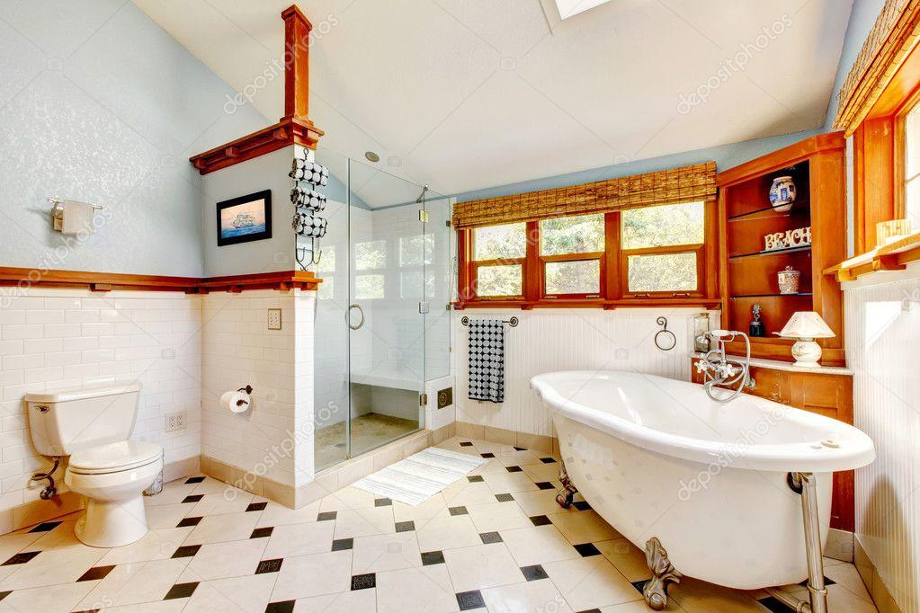 Interni di grande classico blu bagno con vasca e piastrelle — foto ...
