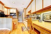 Interior de cocina con gabinetes de madera y blancos. — Foto de Stock