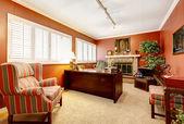 Interior de escritório em casa, com paredes vermelhas e lareira. — Foto Stock