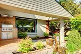 Casa para churrasco ao ar livre, área de churrasqueira no quintal. — Foto Stock