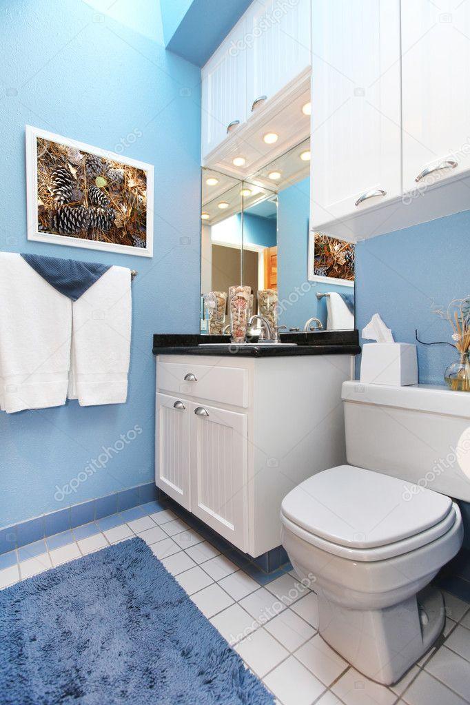 Vaso sanitário e pia de banheiro pequeno branco azul wnad — Fotografias de St -> Pia Banheiro Azul