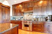 Luxusní borového dřeva krásné vlastní kuchyně interiérového designu. — Stock fotografie