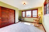 Pěkný prázdný pokoj s dvěma okno a dveře dřevěné skříně. — Stock fotografie