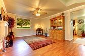 Grote woonkamer met hardhouten vloeren en beige muren. — Stockfoto