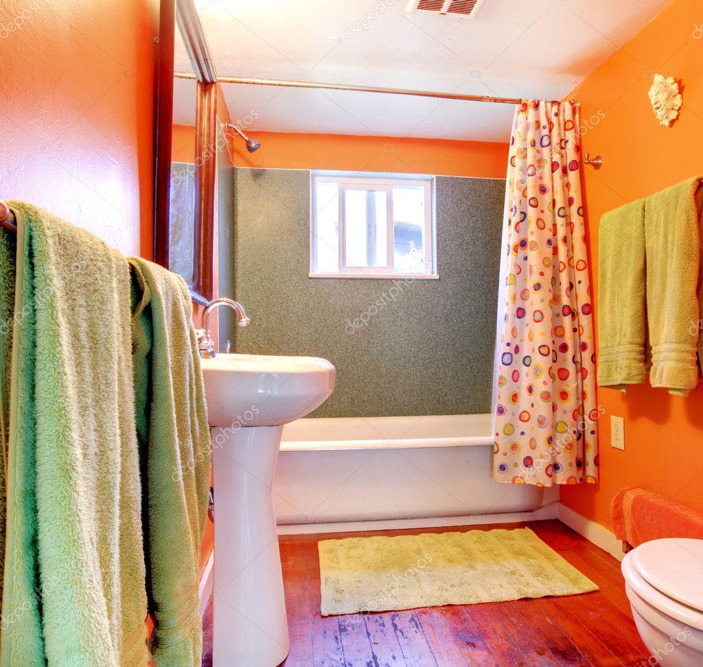Orange och grönt badrum med badkar och trä golv — stockfotografi ...