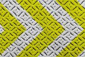 Geel en zwart waarschuwing ondertekenen op stof textuur. — Stockfoto