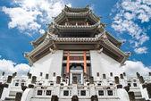 华人庙宇与蓝蓝的天空 — 图库照片