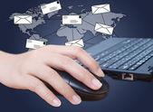 Main en poussant le clavier d'ordinateur portable avec le réseau social de courrier — Photo
