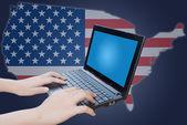 手米国フラグ付きのノート パソコンのキーボードを押す — ストック写真