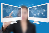 Azjatycki biznes dama pchanie sieć społeczną na ekranie tabletu. — Zdjęcie stockowe