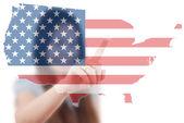 亚洲商务女士推美国国旗地图. — 图库照片
