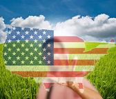 亚洲商务男人推美国国旗地图 — 图库照片