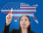 азиатская бизнес-леди, толкая сша флаг карта — Стоковое фото