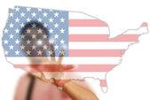 Bandera usa empujando empresario asiático mapa — Foto de Stock