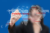 Aziatische business dame duwen kaart sociale netwerkcommunicatie — Stockfoto