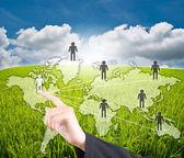 Ręczne przesuwanie sieci społecznej komunikacji na niebieski niebo pole — Zdjęcie stockowe