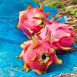 Red dragon fruit in the park - Foto Stock