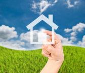 Ręcznie naciskając ikonę domu. — Zdjęcie stockowe
