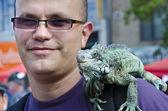 Ritratto di uomo con un iguana sulla spalla — Foto Stock