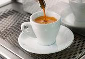Expreso vierte de una cabeza de grupo en un vaso de café tiro. — Foto de Stock