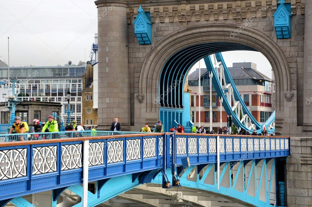 Passing on the famous Tower bridge — Stock Photo #11946345