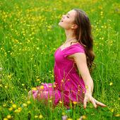 женщина на поле цветка — Стоковое фото
