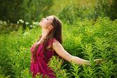 Femme sur le champ de l'herbe verte — Photo