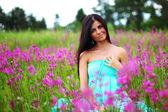 женщина на розовый цветок поле — Стоковое фото