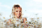 Girl on the daisy flowers field — Stock Photo