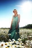 Papatya çiçekleri alanında elbiseli kız — Stok fotoğraf