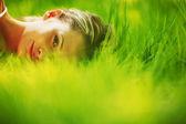 Donna dormire sull'erba — Foto Stock