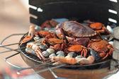 Caranguejos camarões no grelhador a carvão — Foto Stock