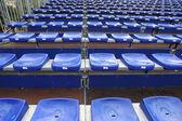 Pek çok mavi ve sarı vip koltuk futbol stadyumu — Stok fotoğraf