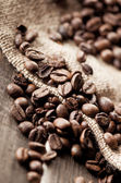 Coffee beans and burlap fabric — Stock fotografie