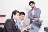 会議の 3 人のビジネスマン — ストック写真