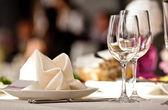Leere gläser set im restaurant — Stockfoto